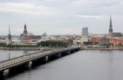 Panoramamening van de stad van Riga, hoofdstad van Letland De dijk van de Daugava-Rivier stock foto's