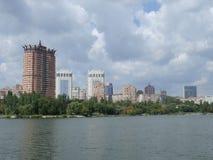 Panoramamening van de stad van de rivierbank Kalmius Stock Afbeelding