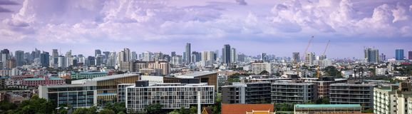Panoramamening van de stadshorizon en wolkenkrabber van Bangkok met cityscapes van Bangkok van dag stock afbeelding