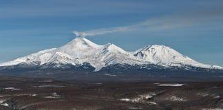 Panoramamening van de vulkanen van Kamchatka: Avachinskyvulkaan en Kozelsky-Vulkaan Royalty-vrije Stock Fotografie