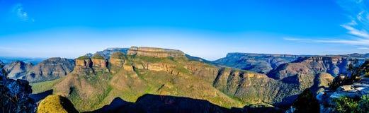 Panoramamening van een Zonsondergang over Drie Rondavels van Blyde-het Natuurreservaat van de Riviercanion Royalty-vrije Stock Foto's