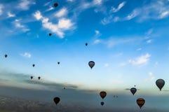 Panoramamening van hete luchtballons die over Cappadocia vliegen royalty-vrije stock foto