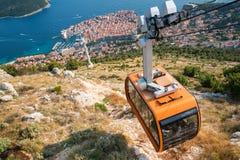 Panoramamening van kabelwagen en de oude stad van Dubrovnik stock foto