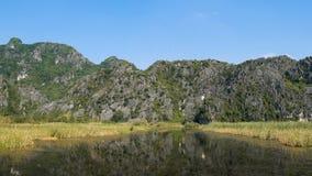 Panoramamening van mooi karst landschap, moerasland stock video