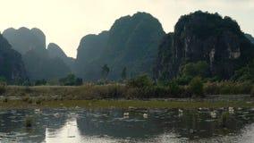 Panoramamening van mooie karst landschap, rivier en padieveldgebieden stock video