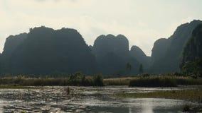 Panoramamening van mooie karst landschap, rivier en padieveldgebieden stock footage