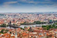 Panoramamening van Praag met Vltava-rivier, Charles-brug royalty-vrije stock fotografie