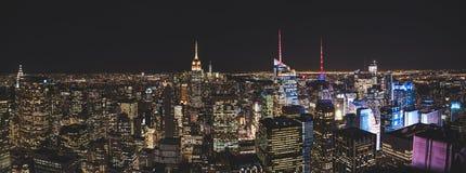 Panoramamening van rockefellercentrum tijdens nacht aan stad de Van de binnenstad van New York royalty-vrije stock foto