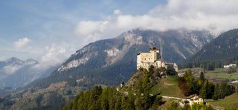 Panoramamening van Tarasp-vallei met Tarasp-kasteel stock foto