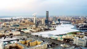 Panoramamening van Yekaterinburg in de dag die Vysotsky bouwen Stock Foto's