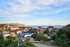Panoraman av aftonstaden Sudak Sudak crimea royaltyfria foton