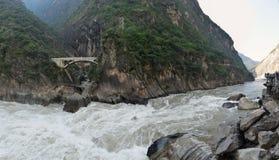 Panoraman av den Hu Tiao (tigern som hoppar) klyftan Royaltyfri Fotografi