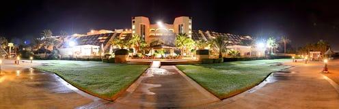 Panoraman av det lyxiga hotellet i nattbelysning Arkivfoton