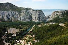 Panoraman av Omis, Kroatien Royaltyfria Foton