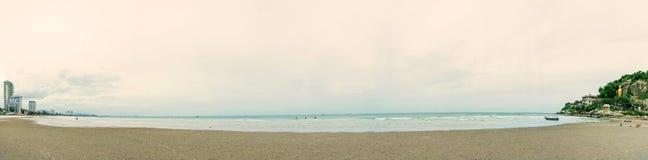 Panoraman av sandstranden och havet vinkar med vaggar och revar royaltyfria foton