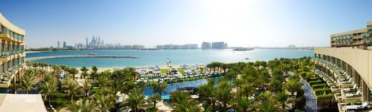 Panoraman av stranden på det moderna lyxiga hotellet på Palm Jumeirah Fotografering för Bildbyråer