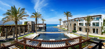 Panoraman av tips och stranden på det lyxiga hotellet Arkivbilder