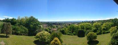 Panoramanatur auf dem Hügel mit blauem Himmel Stockbilder