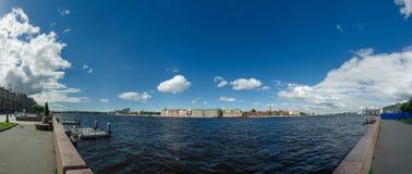 PanoramaNeva flod Fängelsekors, St Petersburg, Ryssland Arkivbilder