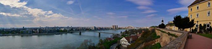 PanoramaNovi Sad Vojvodina - sikt från den Petrovaradin fästningen Royaltyfri Bild