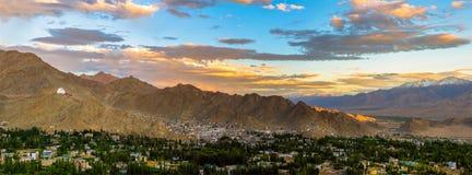 Panoramaplats av den Leh staden på solnedgångtid Arkivbilder