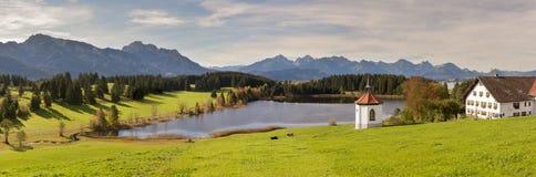 Panoramaplats i Bayern med fjällängberg royaltyfri foto
