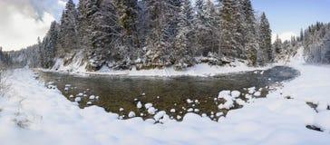 Panoramaplats med is och snö på floden i Bayern, Tyskland royaltyfri foto