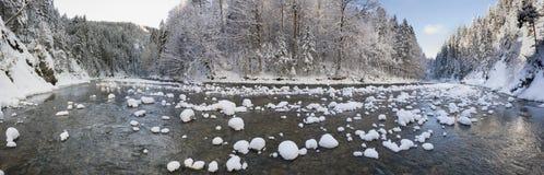Panoramaplats med is och snö på floden i Bayern, Tyskland arkivfoton