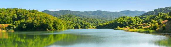 Panoramas de monta?as de bosques y de los lagos azerbaijan caucasus imagen de archivo