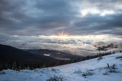 Panoramaschnee-Gebirgslandschaft Sonnenaufgang über Karpatenberg in Ukraine Lizenzfreie Stockfotografie