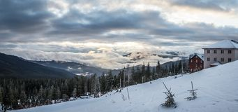 Panoramaschnee-Gebirgslandschaft Sonnenaufgang über Karpatenberg in Ukraine stockbild
