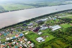 Panoramasicht der Vororte von Georgetown und von Fluss Demerara, Rumfabrik stockbild
