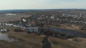 Panoramasicht des überfließenden Flusses nahe den Dörfern Der Fluss lief nahe den Dörfern über Die Flut von stock video footage