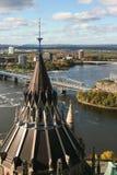 Panoramasicht zu Ottawa- und Parlaments-Bibliotheks-Dachspitze Stockfoto