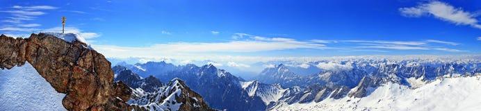 Panoramasikt av alpina fjällängar Royaltyfri Foto