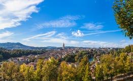 Panoramasikt av Berne den gamla staden från bergöverkant Arkivfoto