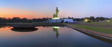 Panoramasikt av Buddhastatyn Royaltyfria Bilder