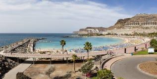 Panoramasikt av den Amadores stranden Arkivfoton