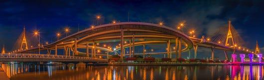 Panoramasikt av den Bhumibol bron på nattplatsen i Bangkok Arkivbild