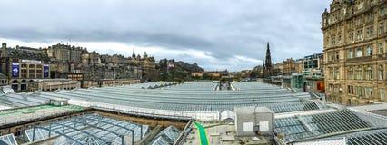 Panoramasikt av den gamla staden för Edinburg, UK Arkivbild