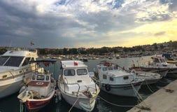 Panoramasikt av den guneylibyn och hamnen i Gallipoli & x28; Gelibolu& x29; Canakkale Tårgasen på sprayburk Royaltyfri Bild
