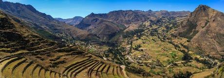 Panoramasikt av den Pisac dalen, från Inca Ruins i Peru Arkivfoto