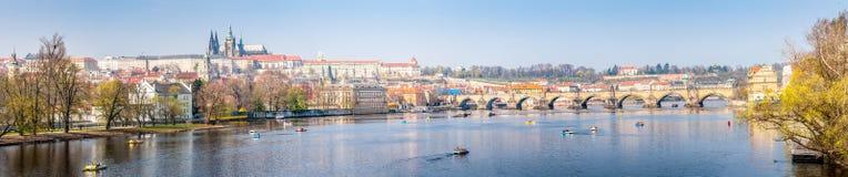 Panoramasikt av den Prague slotten och den Vltava floden Royaltyfri Fotografi