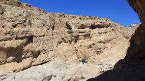Panoramasikt av den Rocky Cliff In Sunny dagen fotografering för bildbyråer