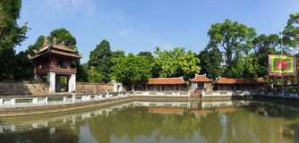 Panoramasikt av den tredje borggården i forntida tempel av litteratur eller Van Mieu, med den Thien Quang brunnen och den röda Kh Royaltyfria Bilder