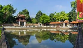 Panoramasikt av den tredje borggården i forntida tempel av litteratur eller Van Mieu, med den Thien Quang brunnen och den röda Kh Arkivbild