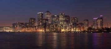 Panoramasikt av det Canary Wharf området på skymning Fotografering för Bildbyråer