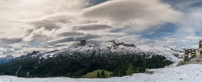 Panoramasikt av dolomitesna nära Alta Badia Royaltyfri Fotografi