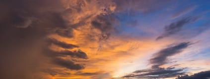 Panoramasikt av dramatisk härlig natursolnedgånghimmel Royaltyfri Bild
