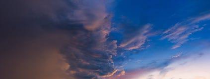 Panoramasikt av dramatisk härlig natursolnedgånghimmel Arkivfoto